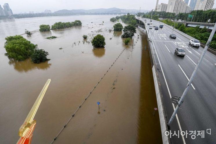 5일 서울 반포한강공원 일대가 수도권 집중 호우로 한강 수위가 상승하며 물에 잠겨 있다./강진형 기자aymsdream@