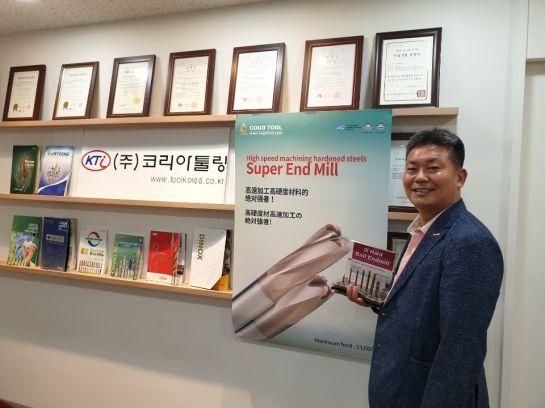이재건 코리아툴링 대표가 서울 금천구 본사에서 공구 제품을 들고 포즈를 취하고 있다.
