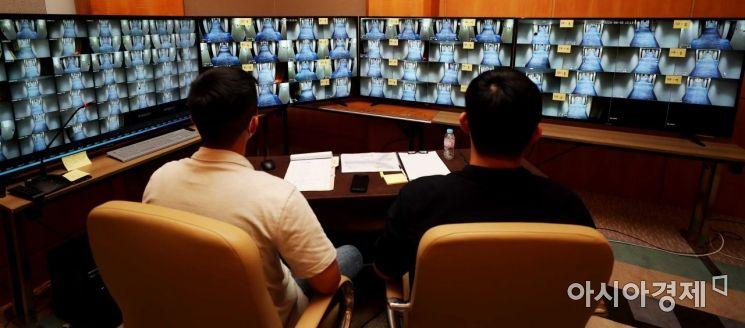 5일 인천 한 해외 입국자 임시생활시설에서 군 지원 인력이 입소자 이탈 예방을 위해 복도에 설치한 CCTV를 모니터링 하고 있다. /인천=사진공동취재단