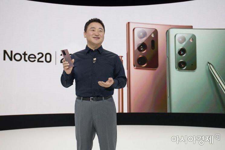 노태문 삼성전자 무선사업부장(사장)이 갤럭시노트20를 소개하고 있다.