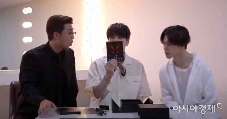 방탄소년단이 언팩 영상에 등장해 갤럭시Z폴드2를 소개했다.(출처=갤럭시 언팩 캡쳐)