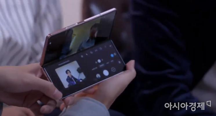BTS가 갤럭시Z폴드2로 셀카 촬영을 하고 있다.(출처=갤럭시 언팩 캡쳐)