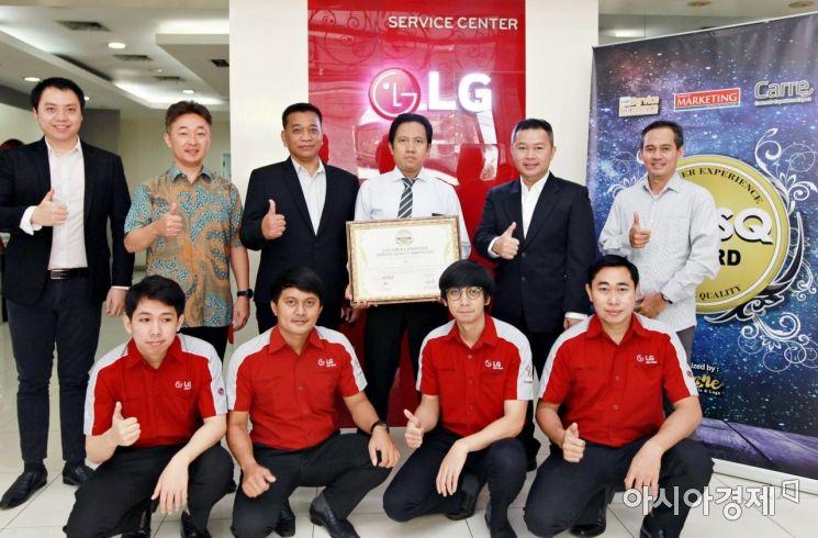 LG전자가 최근 인도네시아 서비스 만족도 조사기관인 CCSL이 실시한 2020년 서비스품질조사에서 최고 등급을 받으며 서비스 경쟁력을 인정받았다. LG전자 인도네시아 서비스법인 임직원이 기념촬영을 하고 있다.