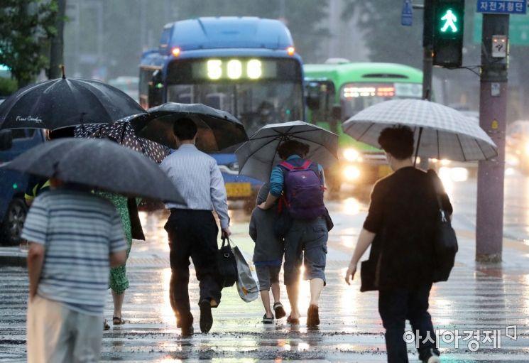 장마전선과 태풍의 수증기 영향으로 전국 대부분 지역에 비가 내린 6일 서울 광화문 사거리에서 출근길 시민들이 발걸음을 재촉하고 있다. /문호남 기자 munonam@