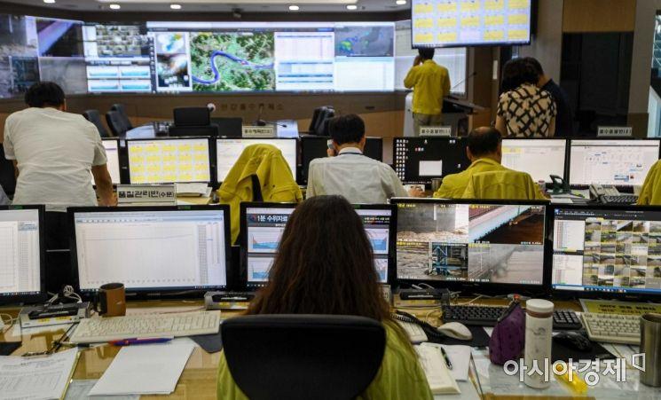 연이은 폭우로 한강수위가 상승하고 있는 6일 서울 서초구 한강홍수통제소에서 직원들이 분주하게 움직이고 있다./강진형 기자aymsdream@