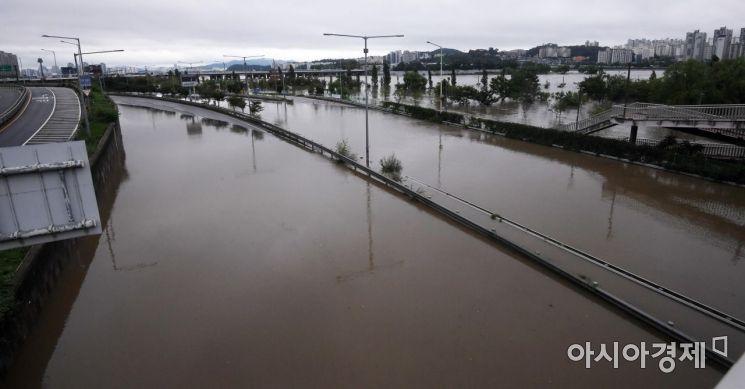 [포토] 강변북로까지 범람한 한강 수위