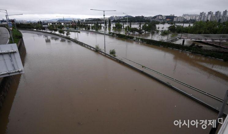 연일 집중호우와 댐 방류 영향으로 도로 등이 물에 잠겨 있다(사진=김현민 기자)