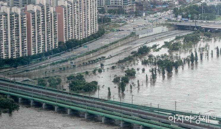 연이은 폭우로 한강수위가 상승하고 있는 6일 서울 여의도 63스퀘어 전망대에서 바라본 한강공원이 잠겨 있다./강진형 기자aymsdream@