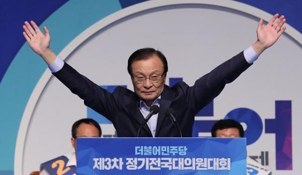 더불어민주당 이해찬 신임 대표가 2018년 8월25일 오후 서울 올림픽 체조경기장에서 열린 전국대의원대회에서 수락연설을 하기에 앞서 손들어 인사하고 있다. 연합뉴스