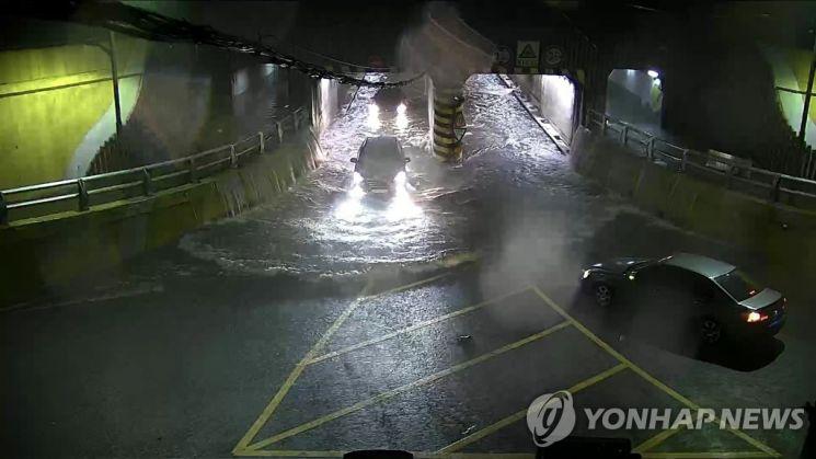 지난 7월23일 부산 동구 초량 제1지하차도가 '저수지'로 변하는 과정이 담긴 폐쇄회로(CC)TV 화면 [이미지출처=연합뉴스]