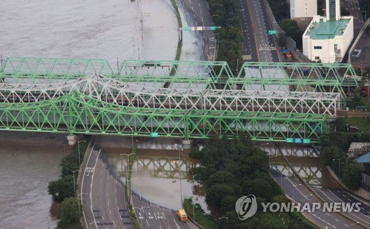 팔당댐과 소양강댐 방류로 한강 수위가 높아진 6일 오후 서울 한강철교 아래 올림픽대로가 물에 잠겨 양방향 모두 통제되고 있다 [이미지출처=연합뉴스]
