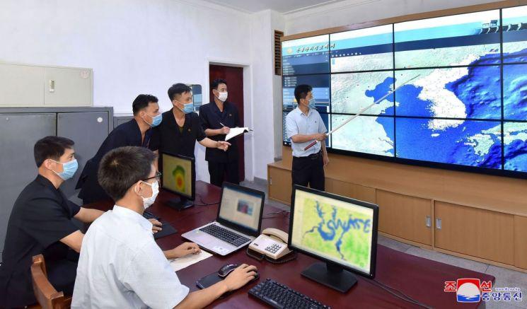 북한 국가비상재해위원회에서 홍수와 폭우피해를 최소화하기 위해 지휘체계를 더욱 강화해 나가고 있다고 조선중앙통신이 지난 5일 보도했다. <사진=조선중앙통신·연합뉴스>