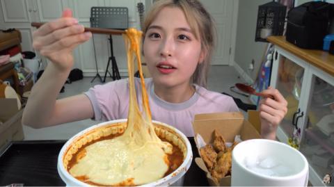 최근 유료광고 표기를 누락한 뒷광고를 인정하고 공식 사과한 유명 먹방 유튜버 양팡. 사진은 자신의 유튜브 방송에서 먹방을 진행중인 양팡의 모습/사진=양팡 유튜브 방송 화면 캡처