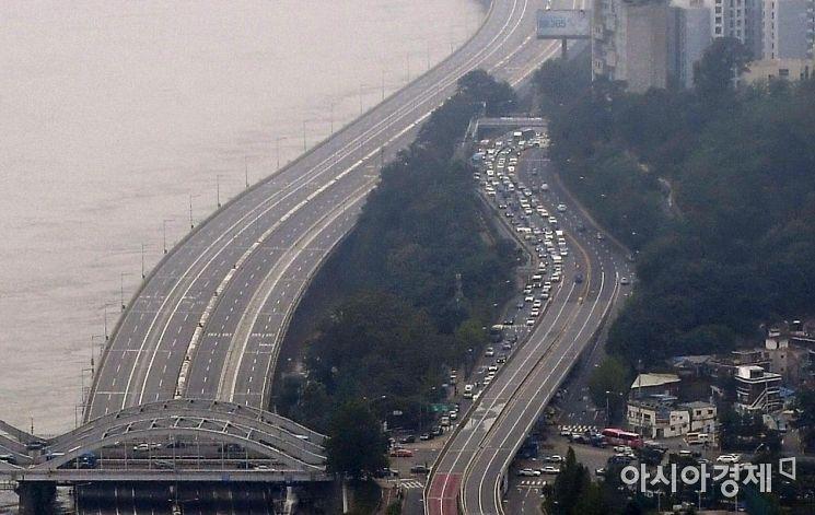 지난 6일 서울 한강대교에 발령됐던 홍수주의보가 해제됐다. 환경부 한강홍수통제소는 7일 서울 한강대교와 대곡교 지점의 수위가 계속 하강해 서울, 성남 한강 하류지역의 홍수주의보를 9시께 해제했다고 밝혔다. 한강 수위가 하락하며 통제됐던 서울 곳곳의 주요도로도 통행이 재개됐다. 사진은 이날 서울 63전망대에서 바라본 한강변 모습./김현민 기자 kimhyun81@