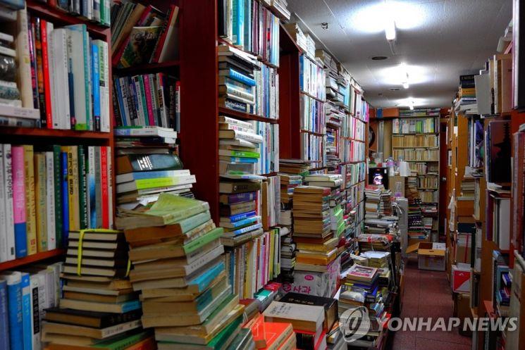 서울 한 동네서점에 책이 쌓여있는 모습. 한국출판인회의는 6일 문화체육관광부에서 도서정가제 민관협의체 논의를 중단하고 재검토를 통보해 왔다면서 반발했다. / 사진=연합뉴스