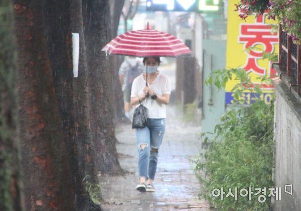 8일 광주지역에 많은 비가 내리면서 광주광역시 서구 쌍촌동에서 한 시민이 우산을 쓰고 길을 걷고 있다.