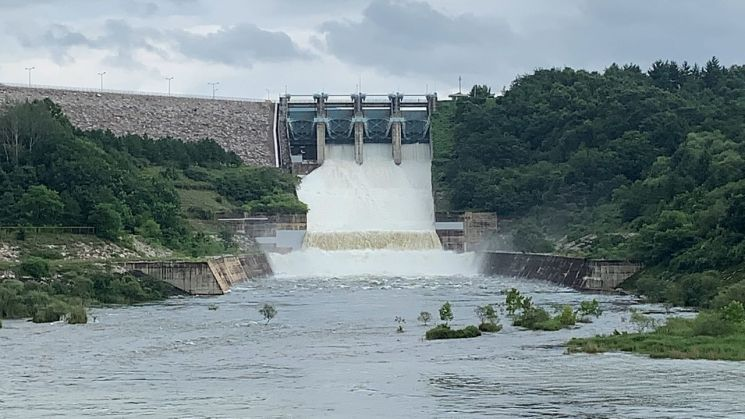 경북 안동시 임하댐이 6일 수문 방류를 하고 있다.