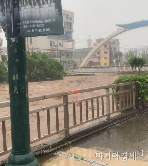 광주광역시에 기록적인 폭우로 호우경보가 내려진 7일 오후 광주천이 만수위에 근접했다.