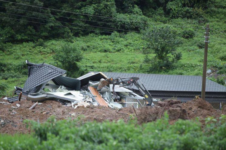 8일 오전 전남 곡성군 오산면 산사태가 발생한 주택에서 구조대가 매몰자를 수색하고 있다. 전날 오후 8시 29분께 발생한 산사태로 이곳 주택 3동에서 5명이 매몰됐다. 사진=연합뉴스