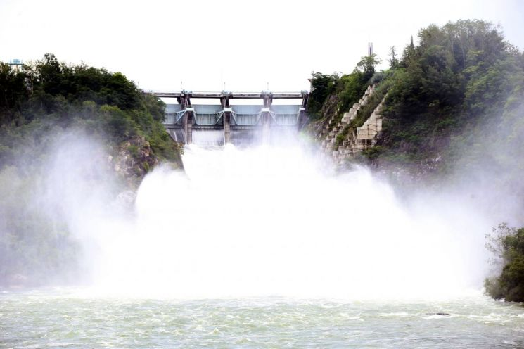 7일 오후 1시 기준 안동댐 수위가 157.34m로 홍수기 제한 수위 160m에 근접한 가운데 이날 안동댐이 물을 방류하고 있다.