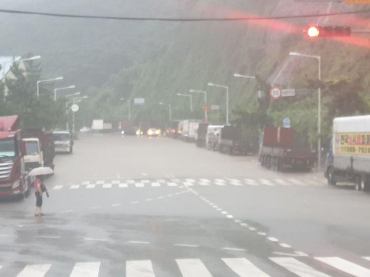 8일 폭우가 내린 감천동 일대 도로가 침수돼 있다. [부산경찰청 제공]