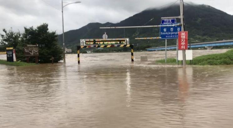 남부지방에 폭우가 내리면서 8일 오전 전남 구례군 섬진강의 물이 불어 범람 위기에 놓여 있다. (사진=연합뉴스)