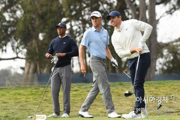 로리 매킬로이(왼쪽)가 PGA챔피언십 둘째날 12번홀에서 티 샷을 하자 저스틴 토머스(가운데), 타이거 우즈가 타구를 바라보고 있다. 샌프란시스코(美 캘리포니아주)=Getty images/멀티비츠