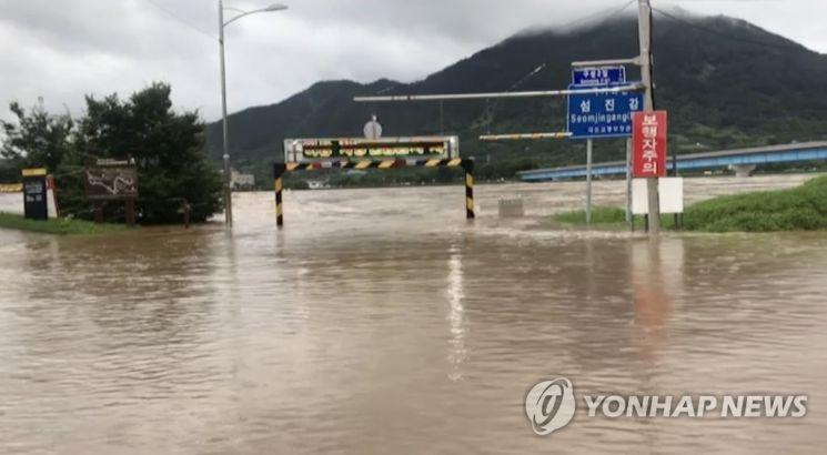 폭우가 내리면서 8일 오전 전남 구례군 섬진강의 물이 불어 범람 위기에 놓여 있다.   사진자료=연합뉴스