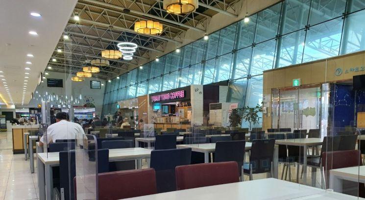 식당가에 투명 가림막 설치하는 고속도로 휴게소