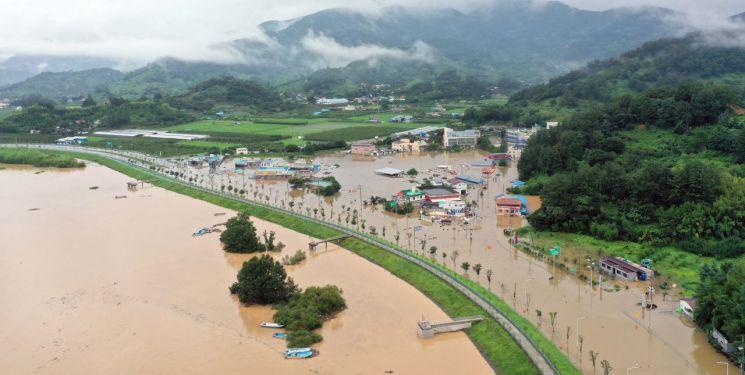 8일 오후 경남 하동군 하동읍 두곡리 두곡마을 일대가 전날부터 내린 폭우로 물에 잠겨 있다. [연합뉴스]