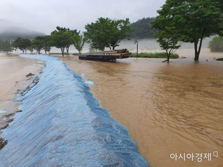 합천 군민체육공원 폭우가 쏟아져 침수되고 있다.(사진=합천군)