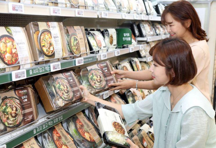 이마트 성수점에서 고객이 피코크 밀키트 상품을 고르고 있다. (사진=이마트 제공)