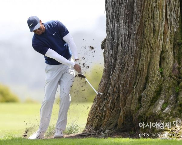 타이거 우즈가 PGA챔피언십 셋째날 16번홀에서 샷을 하고 있다. 샌프란시스코(美 캘리포니아주)=Getty images/멀티비츠