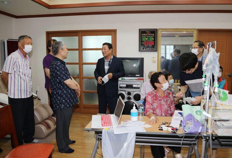경남 함안군 군북면에서 의료봉사활동을 하고 있는 연세대학교 의과대학 '의·치·간 기독모임'.(사진=함안군)