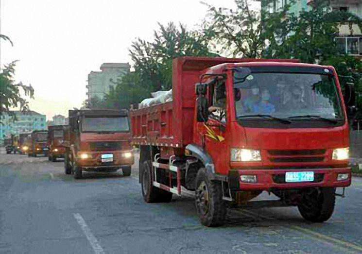 트럭들이 물자를 싣고 개성시로 들어오는 모습