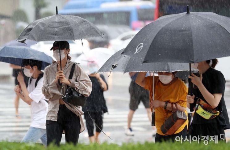 장맛비에 5호 태풍 장미까지 북상 중인 9일 서울 노원역 인근 횡단보도에서 우산을 쓴 시민들이 발걸음을 재촉하고 있다. /문호남 기자 munonam@