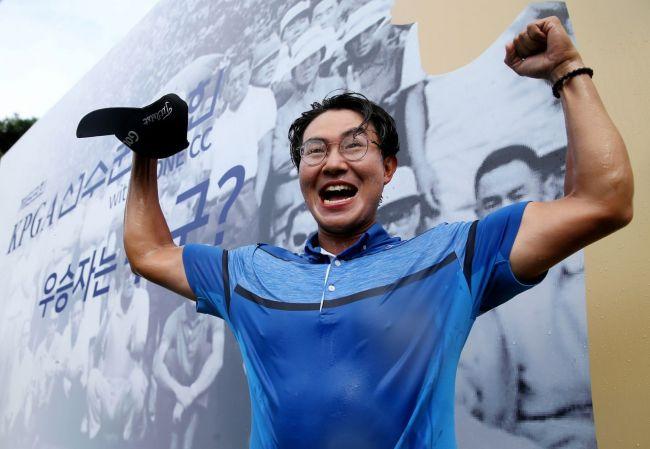 김성현이 KPGA선수권 우승 직후 환호하고 있다. 사진=KPGA