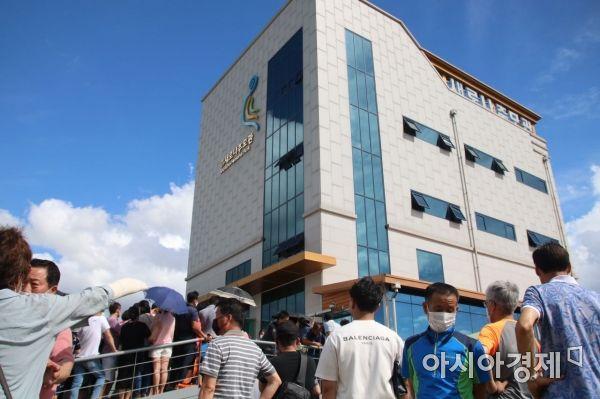 지난 7일부터 이어진 비로 침수된 광주광역시 한 사설 추모관 앞에 유가족들이 모여 있다.