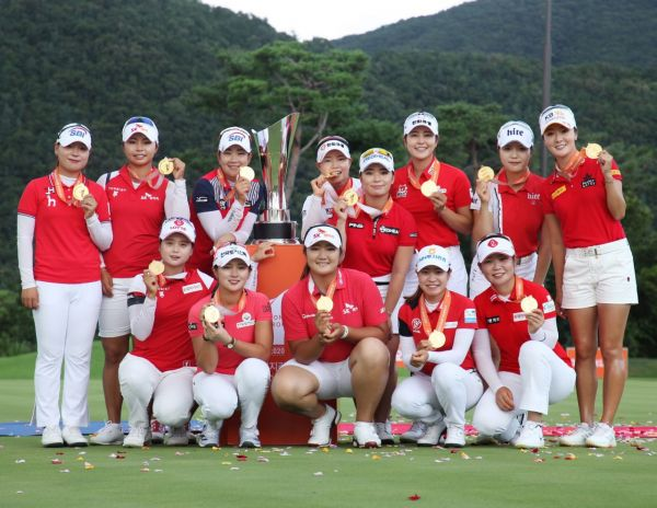 '팀 KLPGA'가 오렌지라이프 챔피언스트로피 우승 직후 기념 촬영을 하고 있다.