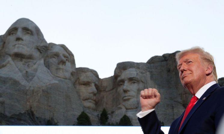 도널드 트럼프 미국 대통령이 러시모어산의 전직 대통령 동상 앞에서 포즈를 취하고 있다. [이미지출처=로이터연합뉴스]