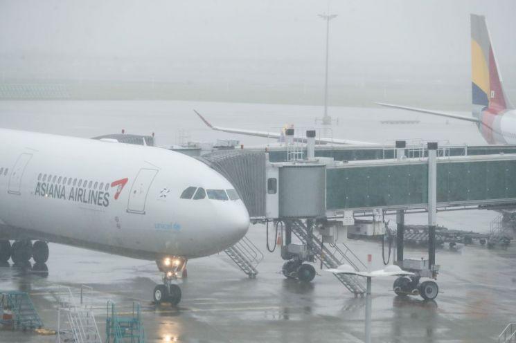 사진은 9일 인천국제공항 아시아나항공 여객기 모습. [이미지출처=연합뉴스]