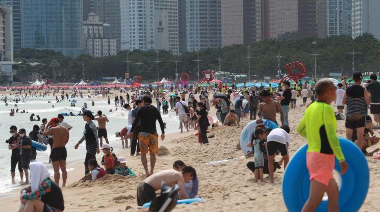 지난달 26일 오후 부산 해운대해수욕장에서 피서객들이 물놀이를 하며 더위를 식히고 있다. [이미지출처=연합뉴스]