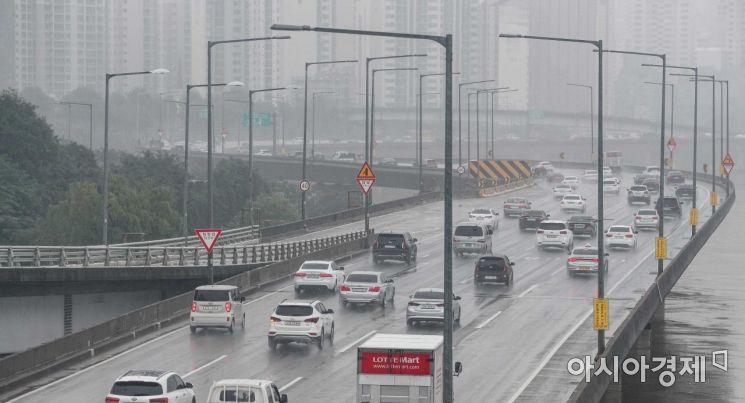 강변북로와 올림픽대로 주요 구간 통제가 해제된 10일 서울 마포구 서강대교 북단에서 바라본 강변북로의 차량 소통이 원활히 진행되고 있다./강진형 기자aymsdream@