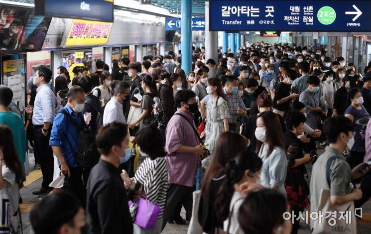 [포토] 교통 대란 피해 지하철로 출근하는 시민들