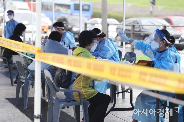 [포토]코로나19 선별진료소 찾은 남대문시장 상인들