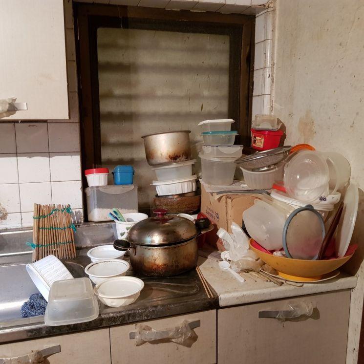 ▲ 봉사대가 함 씨의 집을 처음 방문했을때 주변 상황을 직접 촬영했다.