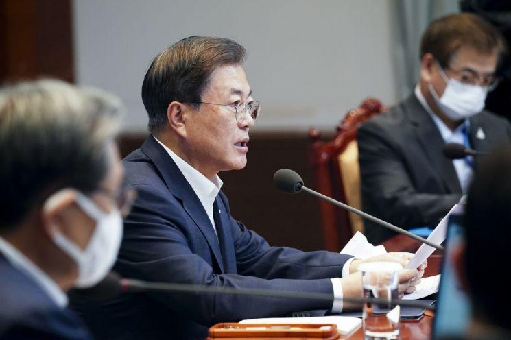 문재인 대통령이 10일 오후 청와대에서 수석·보좌관 회의를 주재하고 있다. / 사진=연합뉴스
