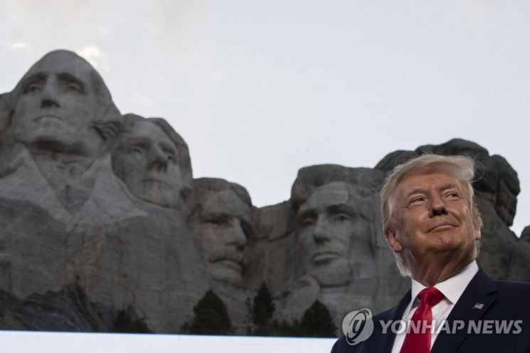 러시모어산에 새겨진 전직 미 대통령 4명 두상 앞에 서있는 도널드 트럼프 미국 대통령. / 사진=연합뉴스