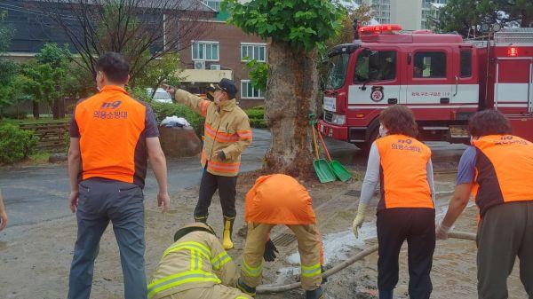 광주 동부소방서 의용소방대원들이 관내 배수로 막힘 지역 복구 작업에 한창이다. 사진=광주 동부소방서 제공