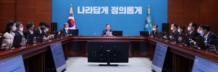 문재인 대통령이 10일 오후 청와대에서 열린 수석·보좌관 회의에서 발언하고 있다. [이미지출처=연합뉴스]